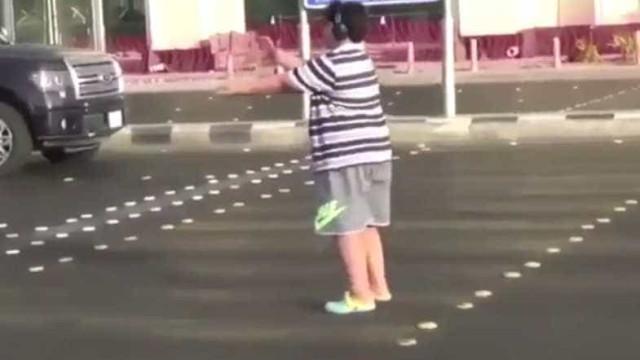 Jovem é preso por dançar 'Macarena' ao atravessar rua na Arábia Saudita