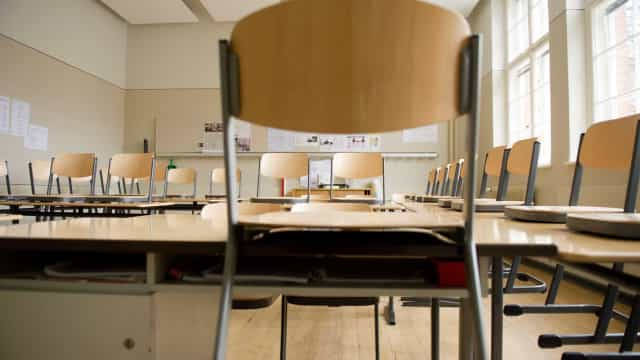 Aluno joga cadeira contra professora em sala de aula