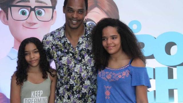 Após morte da ex, Rocco Pitanga conta como cria as 2 filhas sozinho