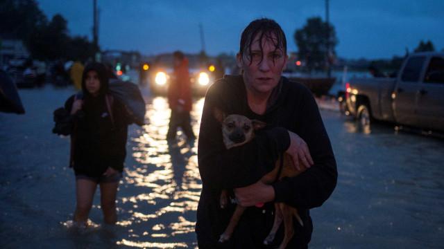 Dique rompe no Texas, e chuva vira maior da história