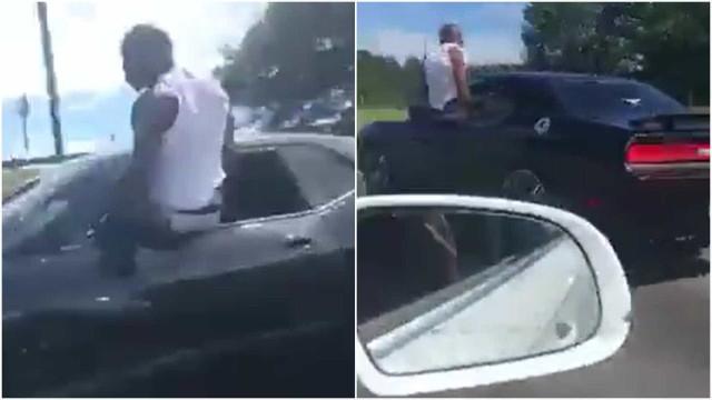 Homem acelera por rodovia pendurado na janela do seu carro