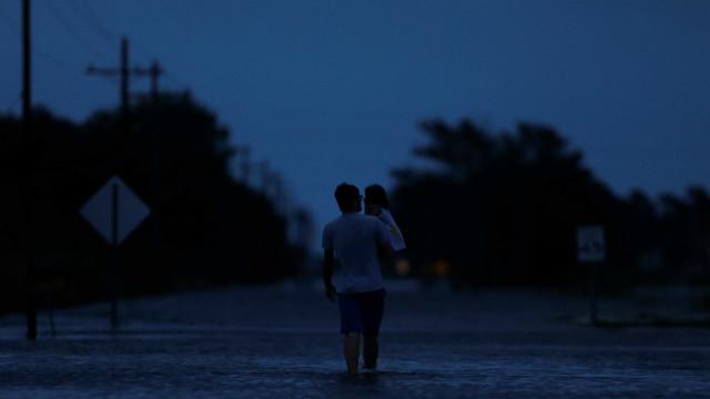 Tempestade Harvey volta a tocar o solo dos EUA e atinge a Louisiana