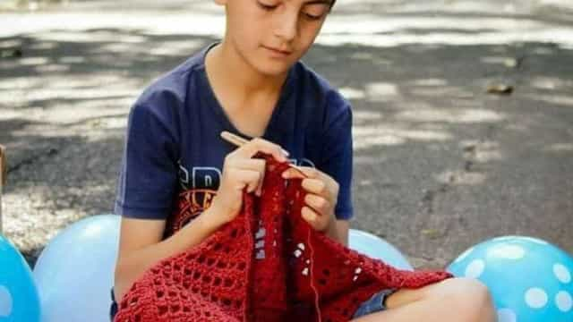 Garoto que ensina crochê na web tem página removida do Facebook