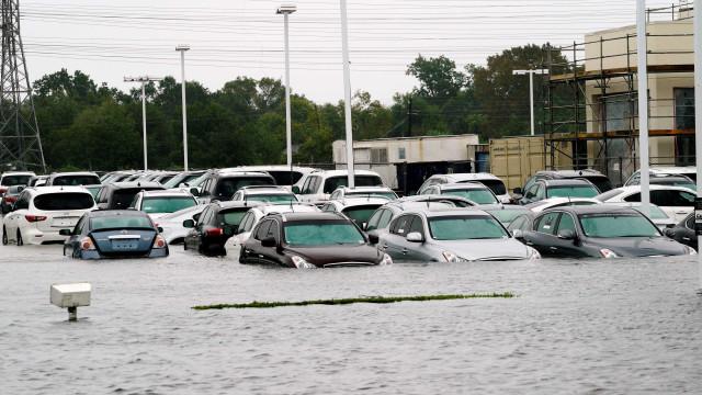 Tempestade Harvey inunda abrigo com 100 pessoas perto de Houston