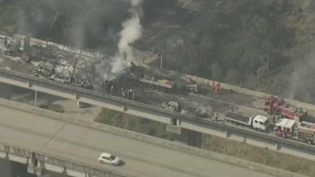 Acidente com dezenas de carros causa morte e explosão em estrada de SP