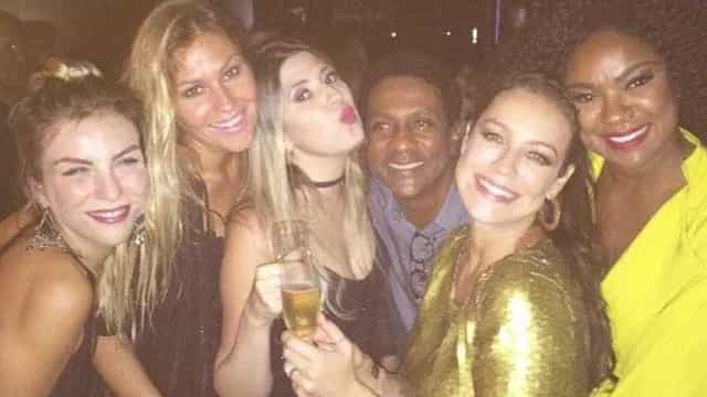 Piovani celebra 41 anos com amigos: 'Sorriso estampado no rosto'