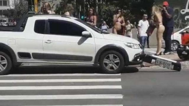 Motorista se distrai com mulheres de biquíni e causa acidente em SP