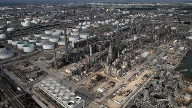 Harvey: TV registra explosão e fumaça em empresa química no Texas