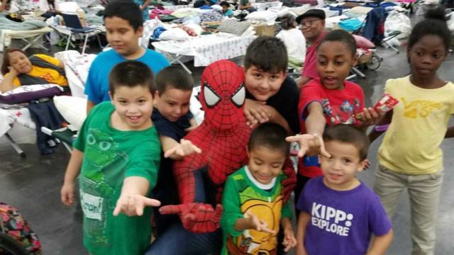 Homem-aranha anima desabrigados do furacão Harvey