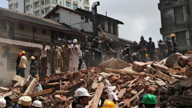 Prédio desaba e deixa 12 mortos em Mumbai, na Índia