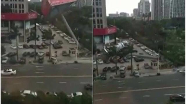 Vento forte derruba placa gigante sobre carros na China
