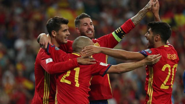 Espanha vence Itália nas eliminatórias e se isola na liderança do grupo