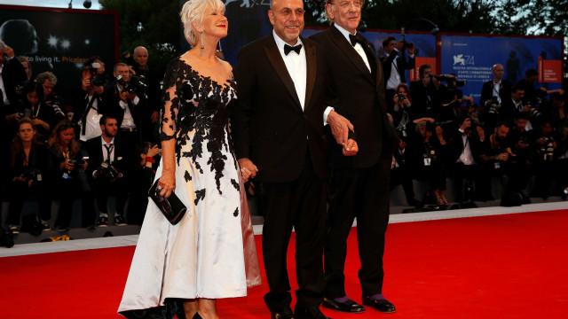 Longa com Donald Sutherland e Helen Mirren é aplaudido em Veneza