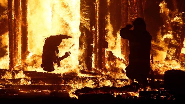 Homem que se jogou em fogo durante festival era americano