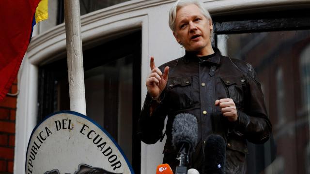 Assange entra com processo contra governo do Equador