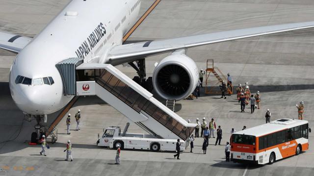 Turbina pega fogo e avião faz pouso de emergência no Japão