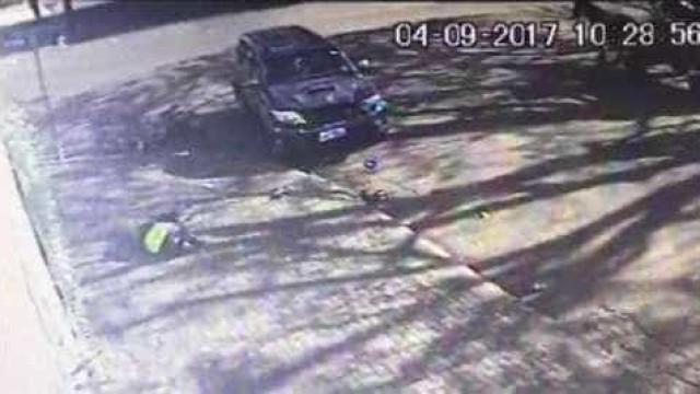 Motociclista é lançado contra a parede durante acidente em Cascavel
