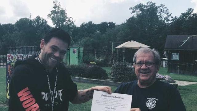 Youtuber vira 'prefeito', bane héteros e sofre impeachment