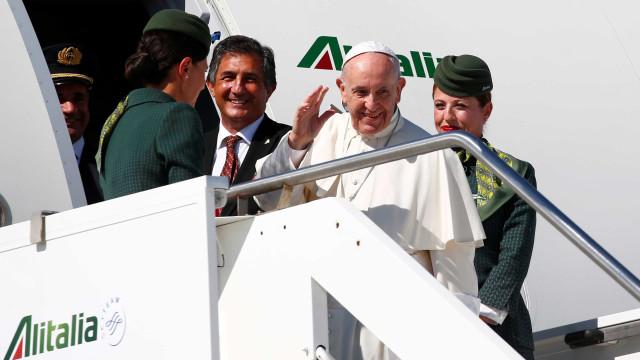 Avião do papa vai mudar rota e contornar furacão Irma rumo à Colômbia