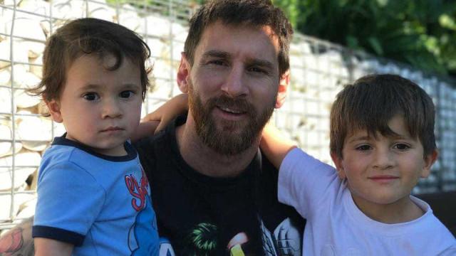 Lionel Messi deita e rola com os filhos no chão