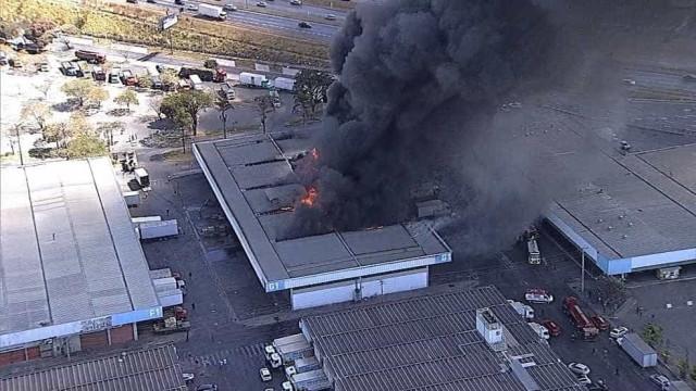 Incêndio atinge pavilhão da Ceasa, na região metropolitana de BH