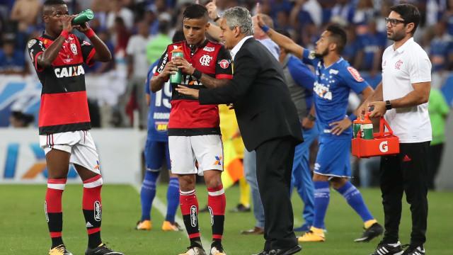 'Sem goleiro', Flamengo tem 20 dias para resolver dilema