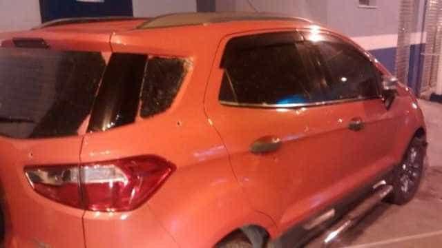 Casal de PMs reage a assalto e é baleado no Rio