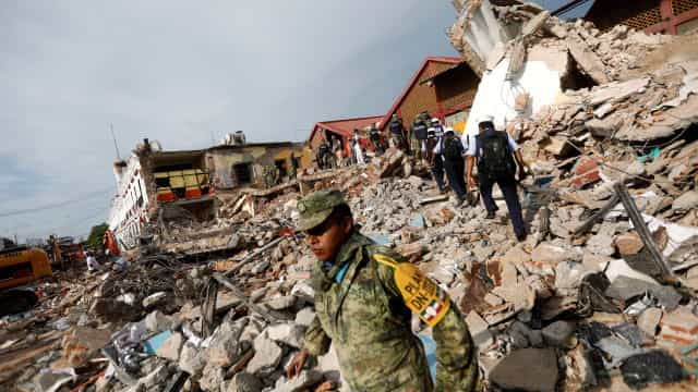 Sobe para 61 número de mortos após terremoto no México