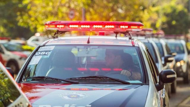 Após se passar por policial, homem assalta e abusa de mulher