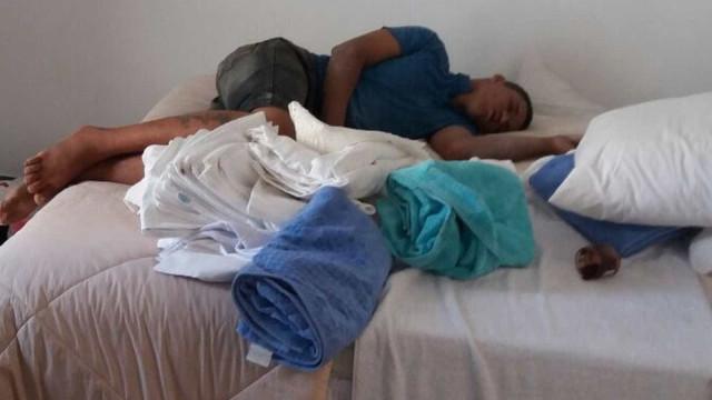 Ladrão adormece em apartamento após assalto e é flagrado por morador