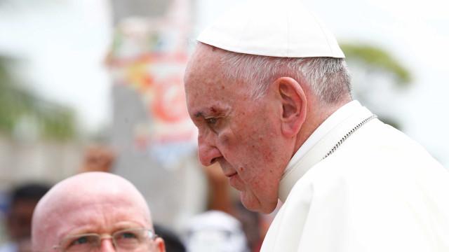 Papa é ferido no rosto durante passagem por Cartagena