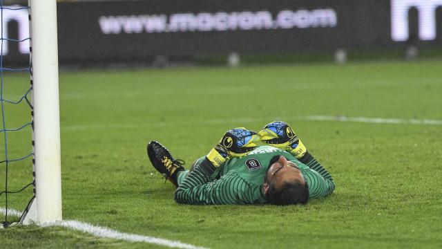 Irritada, torcida do Fenerbahçe atira garrafa na cabeça de goleiro