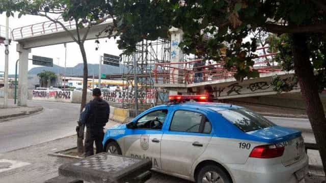 Criminosos atacam UPP do Caju e incendeiam ônibus na Av. Brasil
