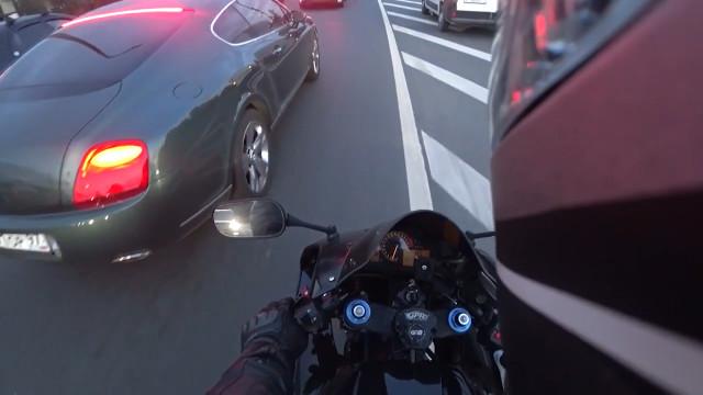 Motoqueiro russo faz justiça com as próprias mãos