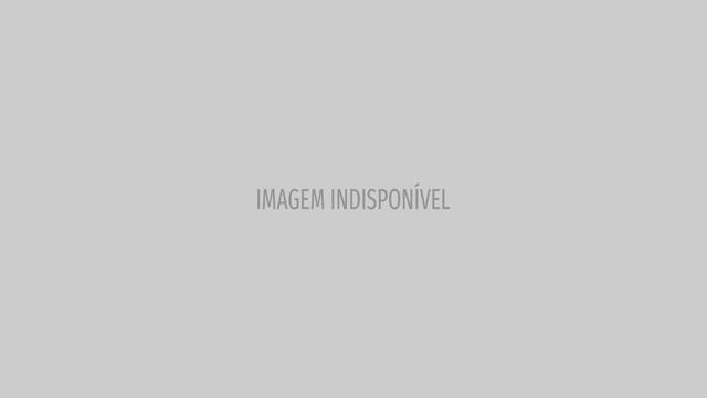 Homem se diverte andando de skate com guarda-chuva durante furacão Irma