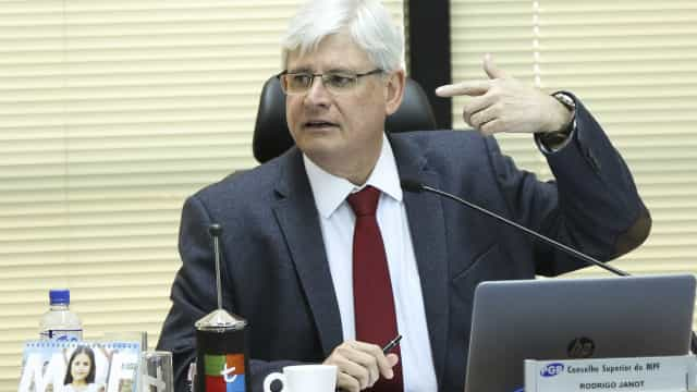 Solução para crise política só pode ser por meio da política, diz Janot