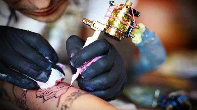 Tinta da tatuagem entra no corpo e fixa nos gânglios linfáticos