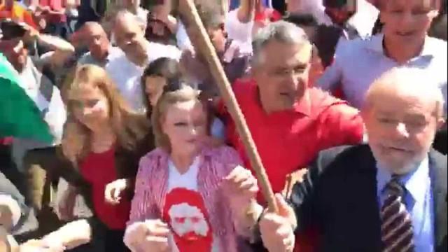 Militantes recepcionam Lula após prestar depoimento em Curitiba