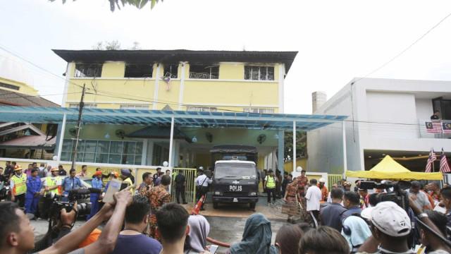 Incêndio em escola religiosa na Malásia deixa 25 mortos
