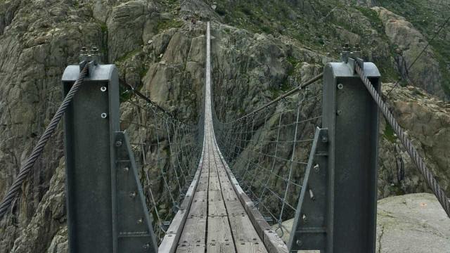 Imagens mostram uma das pontes mais assustadoras do mundo
