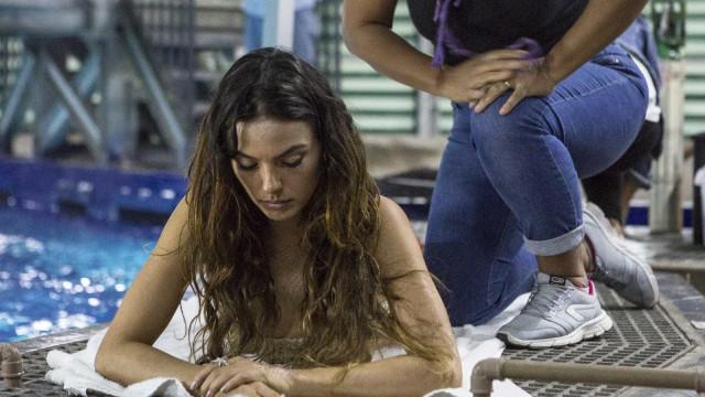 Isis Valverde grava cenas como sereia em aquário no Rio