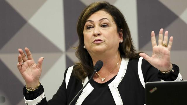 Após expulsão do PMDB, Kátia Abreu critica Temer em redes sociais