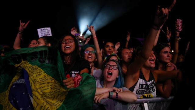 Público grita 'Fora Temer' com Gisele Bündchen no Palco do Rock in Rio