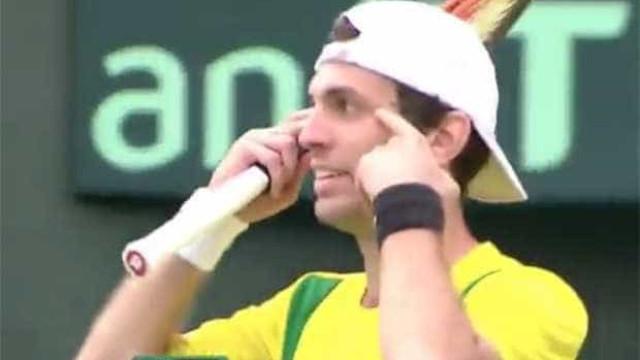 Tenista brasileiro faz gesto racista durante partida da Davis no Japão