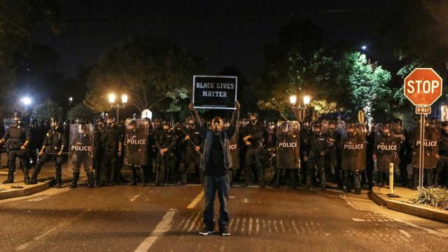 Protesto nos EUA contra policial que matou negro deixa feridos