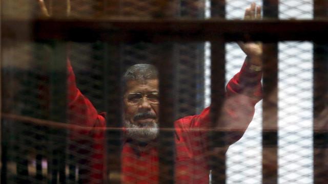 Ex-presidente do Egito é condenado à prisão perpétua
