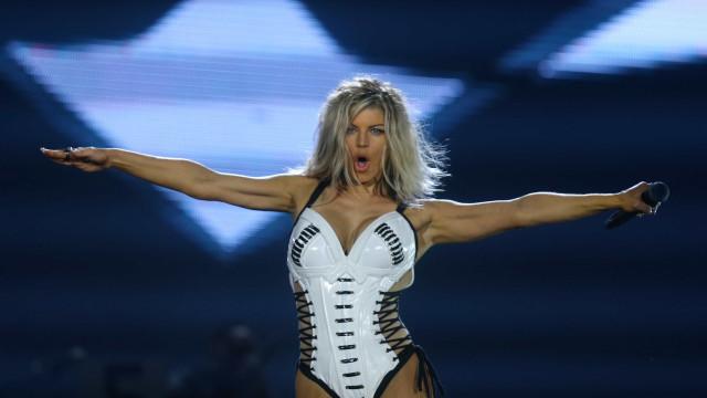Mulher de preto! Fergie usa look ousado e deixa pernas à mostra