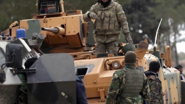 Exército turco enfrenta falta de oficiais e pilotos