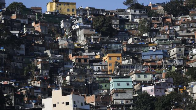 'Saiu para comprar pão', desabafa mãe de jovem morto por PMs na Rocinha