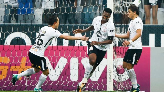 Jô faz gol com o braço e Corinthians vence o Vasco no Itaquerão